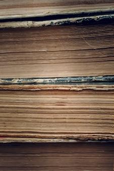 背景としての古い本のクローズアップのページ