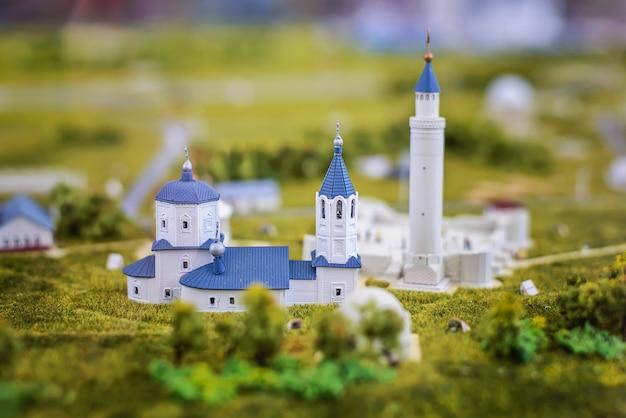 Макет белой мечети с синей крышей