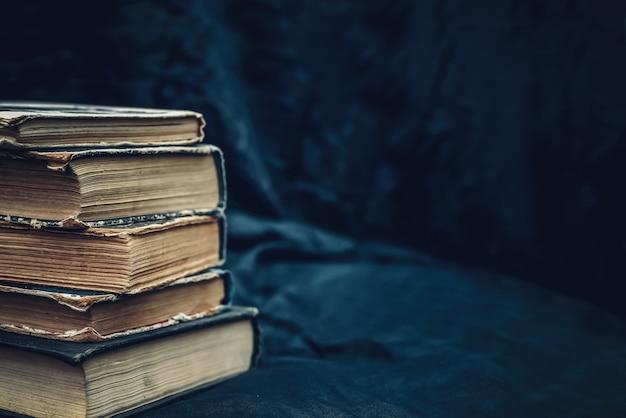 古い本の山