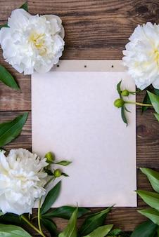 白い牡丹の美しいフレーム