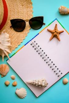 Открытая тетрадь и летние элементы