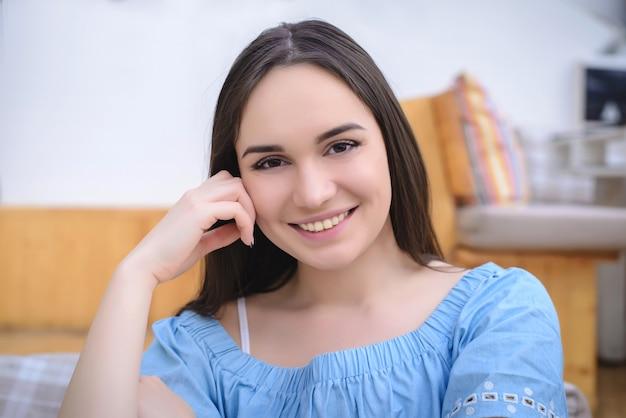 Красивая девушка в синей блузке