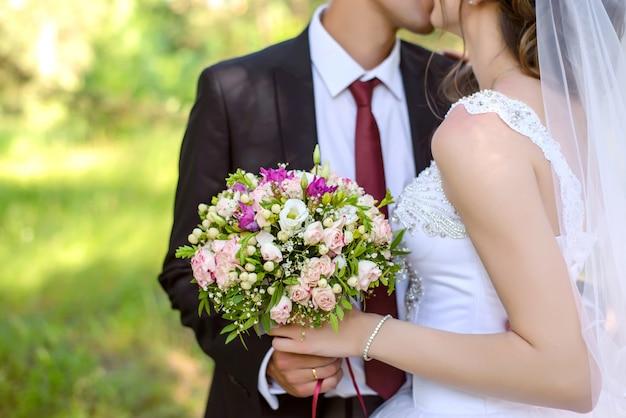 結婚式のブーケを持って新郎新婦