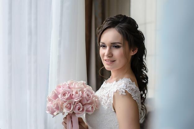 窓の外を見て美しい花嫁