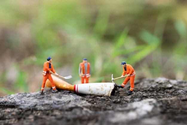 労働者はタバコを破壊している