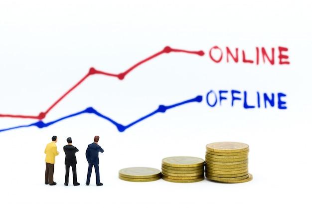 ビジネスマンは、オンラインとオフラインのビジネスオプションについて考えます