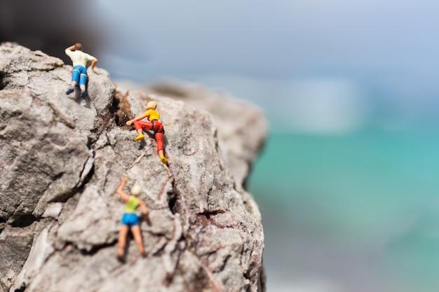 人々は岩を登ります