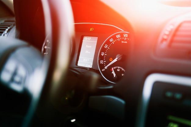 現代の車のダッシュボード。スピードメーターとタコメーター