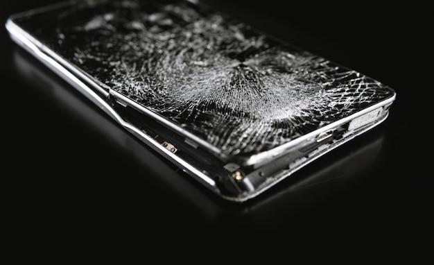 壊れた画面を持つスマートフォン
