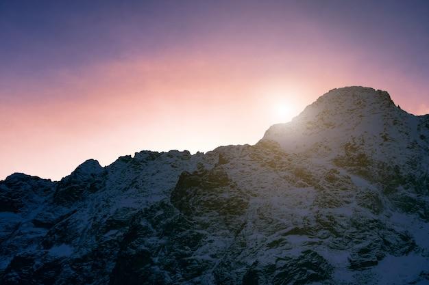雪山の夕日。山の美しい風景