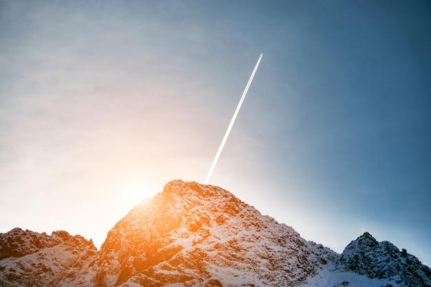 山の夕日。雪山の美しい峰