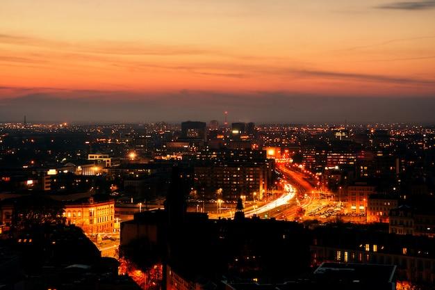 Панорама освещенной старой части вроцлава в ночное время.