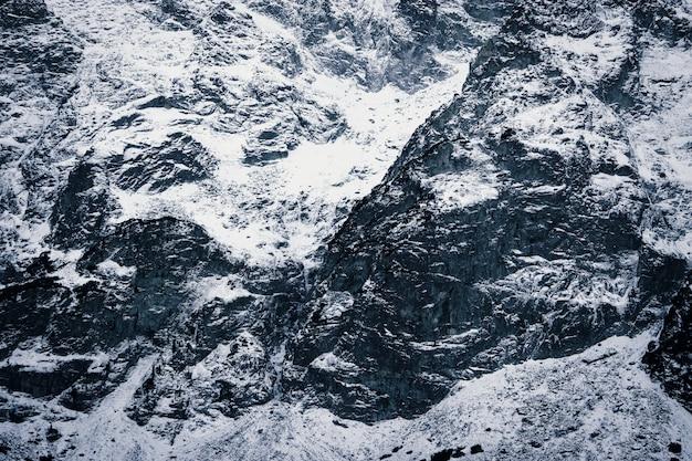 Снежные горы крупным планом. текстура камней в снегу
