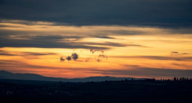 山の美しい夕日。自然のパノラマ