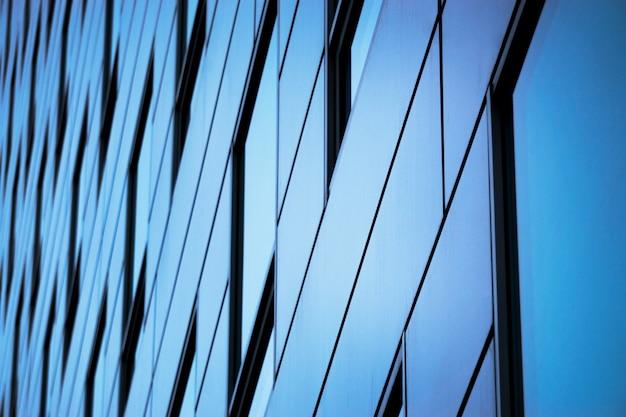 オフィスビルの窓の背景。オフィスビルのガラスのファサード