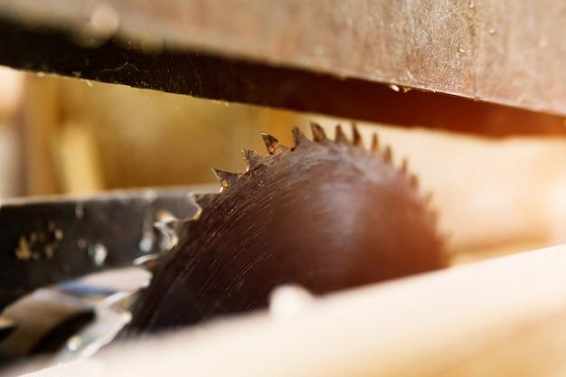 木材用の大きな丸鋸。木工機械