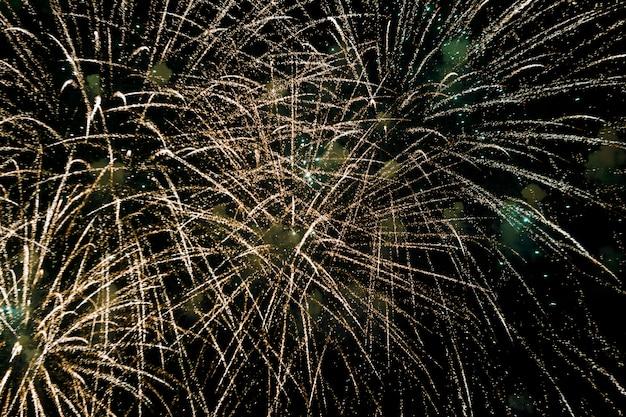 Празднование новогоднего фейерверка, разноцветный фейерверк в небе