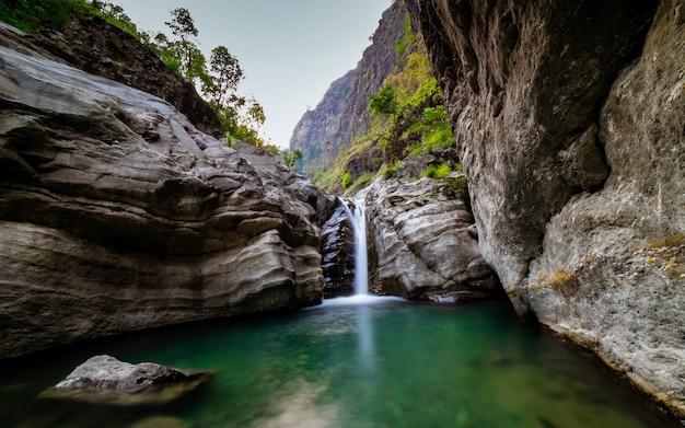 おしゃれな滝、ゴルカ、ネパール