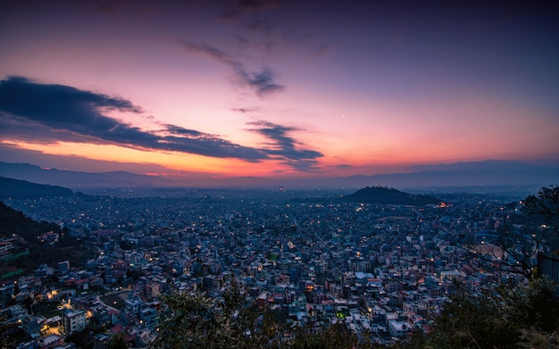 ネパールのカトマンズ市のカラフルな朝の景色。
