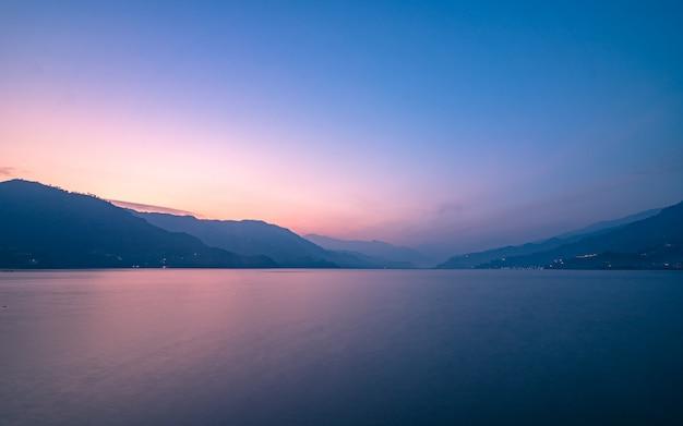 Вечерний вид на озеро леса в покахара, непал.
