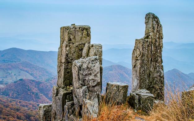 韓国光州、ムドゥンサン山国立公園に立っている岩。