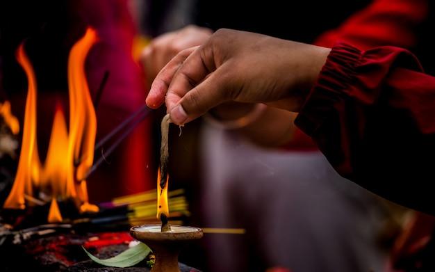 ネパールのカトマンズで神を心配するロウソクを始めてください。