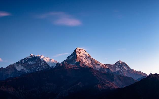 ネパールのアンナプルナ南山を照らす。