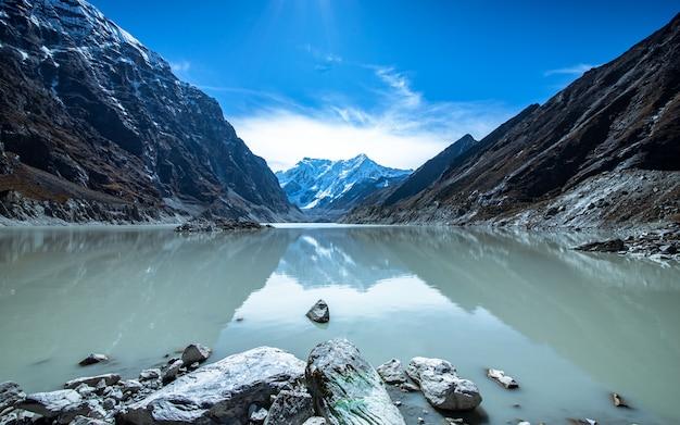 Красивое озеро тшо ролпа, долаха, непал.