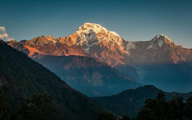 ネパールのアンナプルナ南にある美しい輝く山。