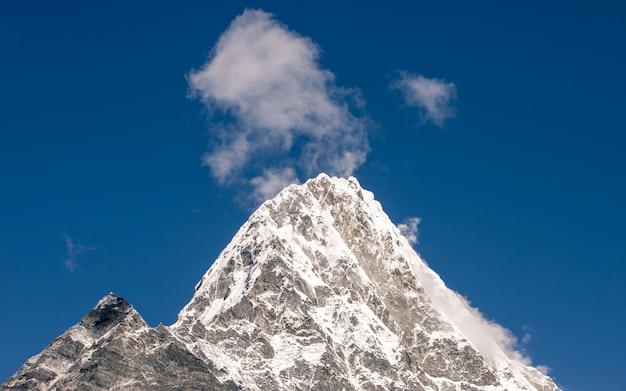 Красивый звон горы кан начо, тшо ролпа ледниковое озеро, непал.
