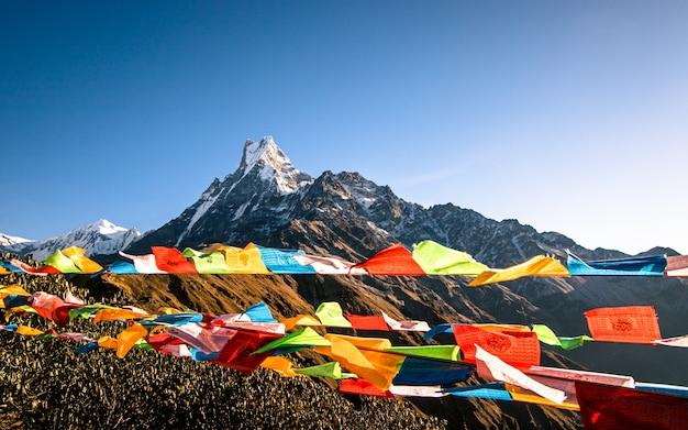 輝く山フィッシュテールと祈りの旗、ネパール。