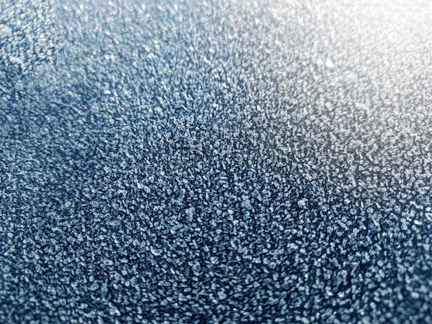 氷の結晶、朝のクローズアップ霜、冷ややかな背景、地面の霜。雪の樹氷構造。中央に焦点を合わせます。