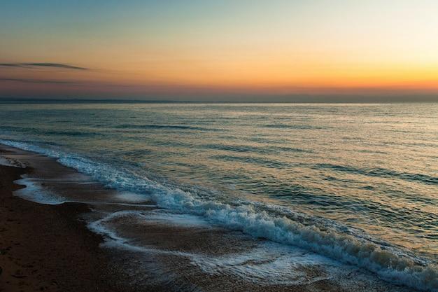 日没時に美しい海の景色