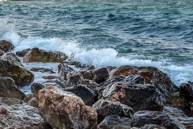 岩に砕ける海の波のクローズアップ