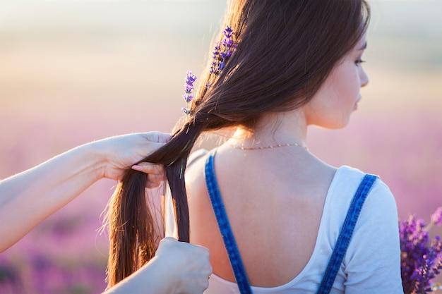 ママは娘の髪にラベンダーの花を織ります