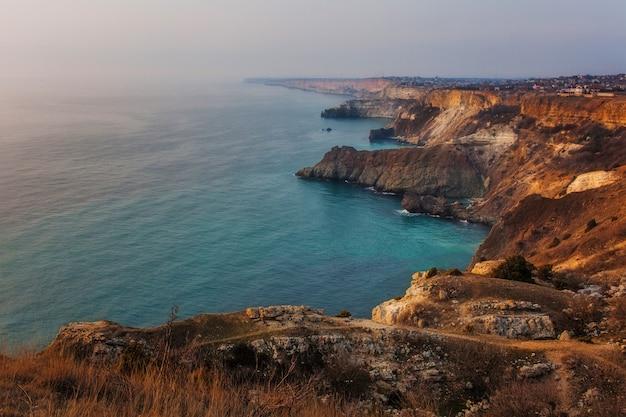 Вид на берег моря скалистой линией с высоты