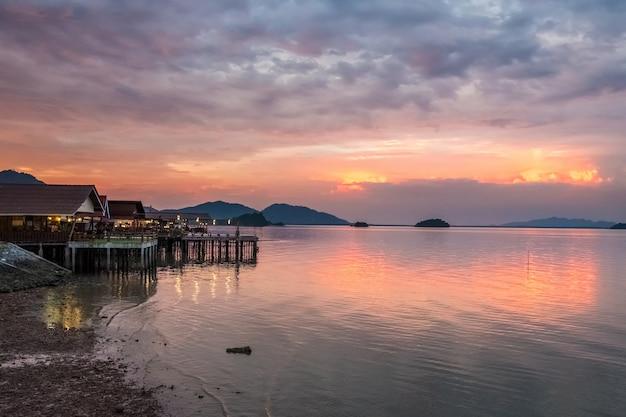 Красивый закат в таиланде на острове ланта