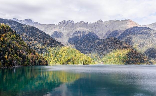 秋、秋の森と湖の景色のアブハジアのリツァ湖