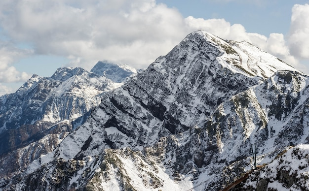 冬の雪を頂いたピーク