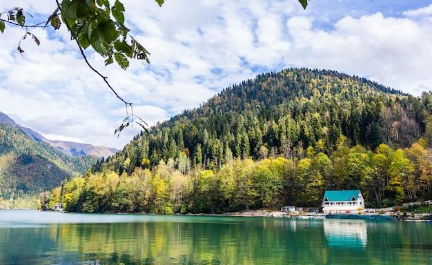 小さな青い家と山から湖の景色