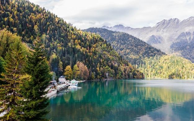 山からの湖の眺め