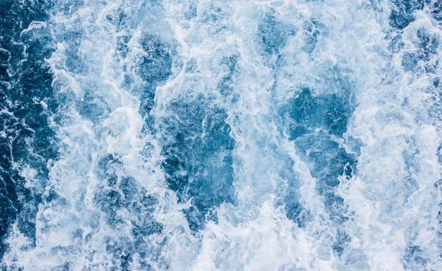 Морские волны, морской пейзаж, бурлящая морская вода.