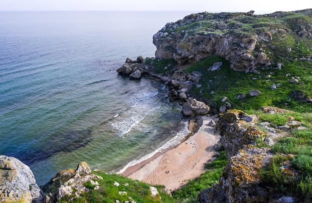 海の海岸。アゾフ海の海岸、クリミア、ケルチ、一般的なビーチ。