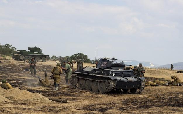 Поле битвы. реконструкция битвы второй мировой войны. битва за севастополь. реконструкция битвы со взрывами