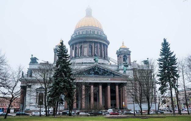 Санкт-петербург, россия. исаакиевский собор зимой в тумане.