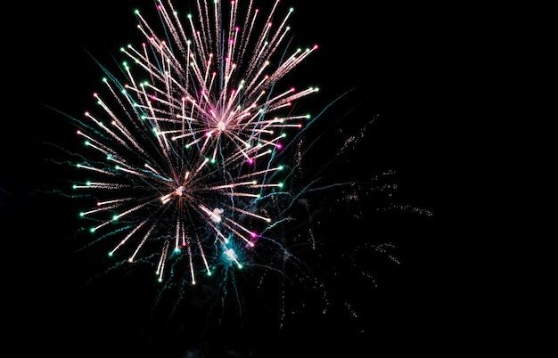 Красочные фейерверки в небе на черном фоне. праздничный салют, фейерверк