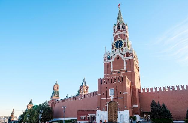 モスクワの赤の広場のクレムリンタワー