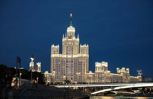 夜のモスクワの高層ビルの都市景観