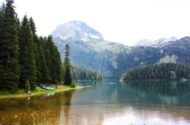 Пейзаж черного озера в черногории. горный пейзаж.
