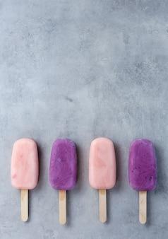 Йогурт фруктовое мороженое на сером фоне. копировать пространство концепция диеты.